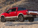 Nissan Titan 2020 rojo en el desierto