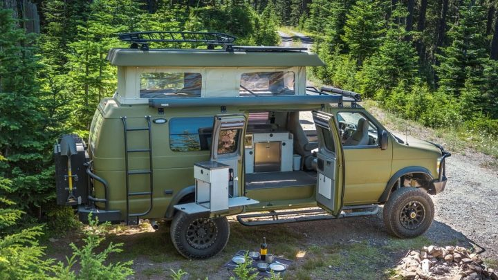 Sportsmobile convierte la clásica serie E de Ford en un camping resistente
