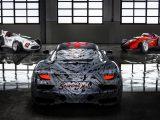 Maserati MC20 en un garage con Maseratis icónicos