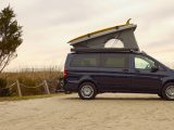 Mercedes Benz van Weekender en el atardecer, diseñada para camping