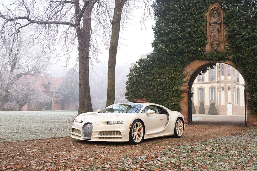 Bugatti Chiron Edición Hermès blanco en un jardín